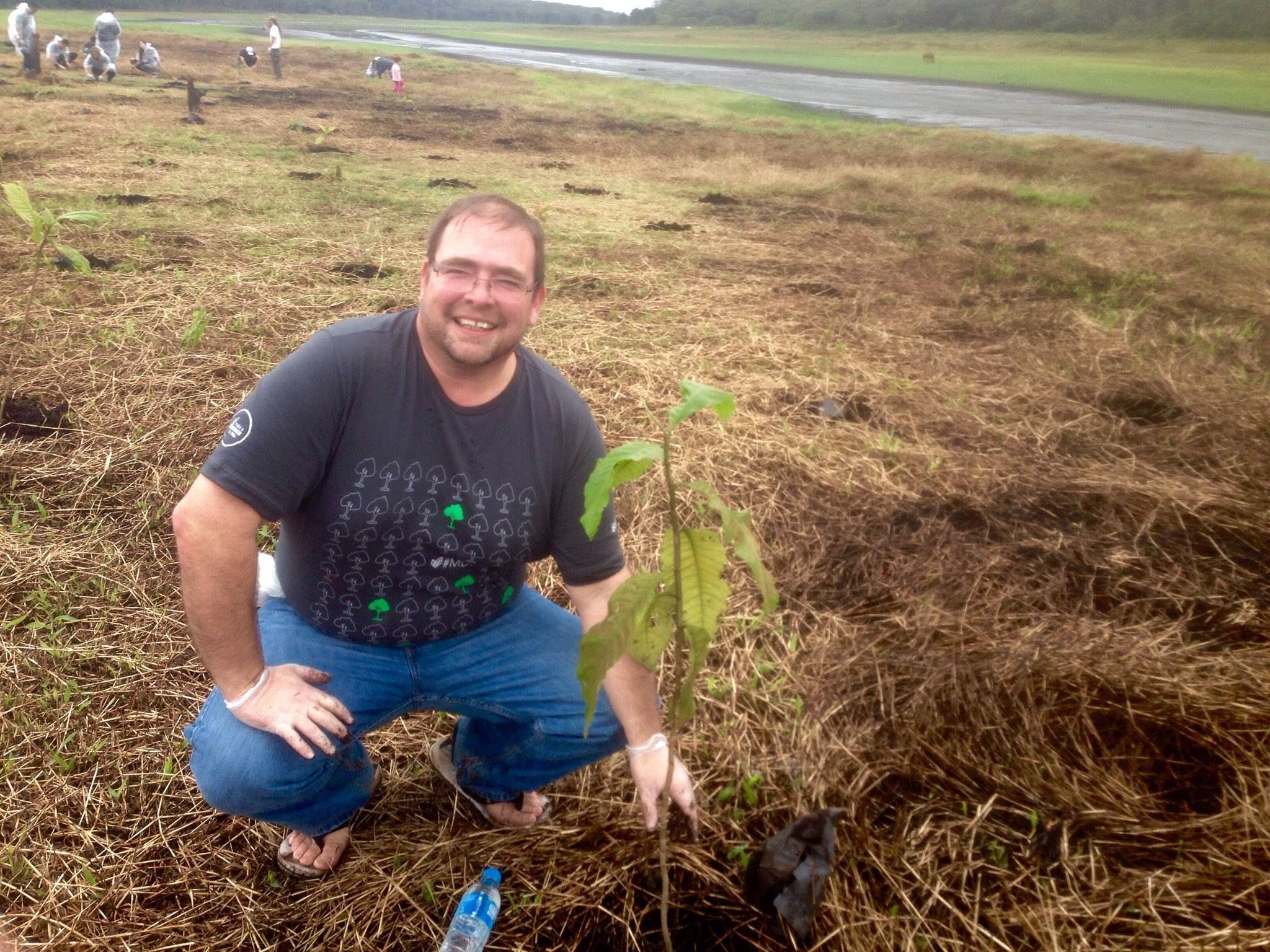 #MDD14 Como cada año tuvimos nuestro Make a Difference Day, en esta ocasión nos tocó plantar árboles. En São Paulo plantamos 650, en una reservación indígena, al fondo el rio que se les está secando.