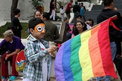 Marcha LGTBI de Paraguay clama por una ley contra la discriminación. EFE | El Diario, 2015-09-26 http://www.eldiario.es/sociedad/Marcha-LGTBI-Paraguay-clama-discriminacion_0_435006931.html