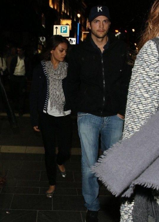 Ashton Kutcher Junto A Su Novia Mila Kunis Fueron Vistos Salir Del Teatro Apollo En Londres