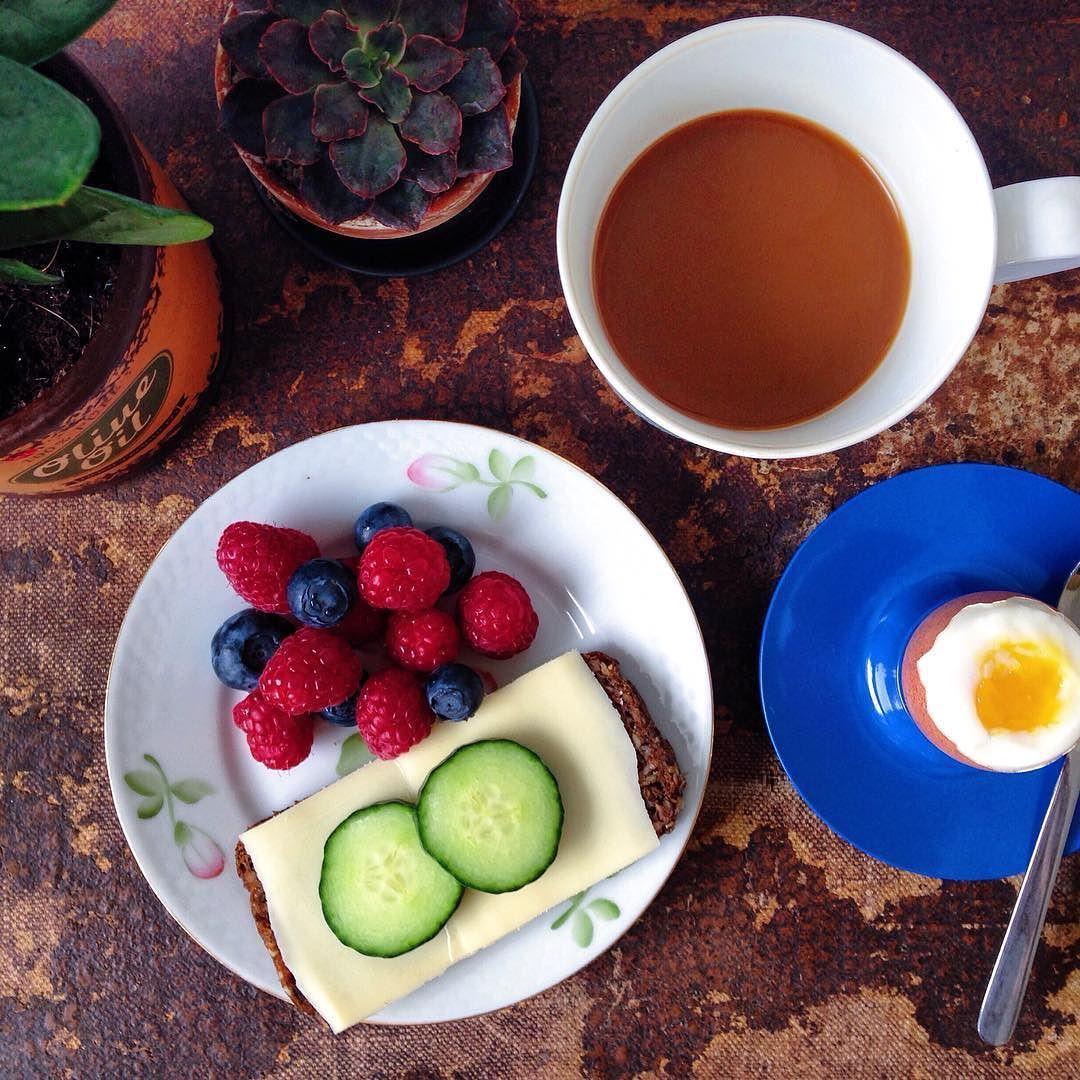 Sidste dag på 'kontoret'  // Last day at 'the office'  #specialeskrivning#morgenmad#kitchenbyeve#tirsdag#sommer#hindbær#blåbær#ost#kaffe#æg#protein#vegetar#vegetarisk#frugt#snacks#vegetarmad#sund#sundmad#sundhed#sundt#madblog#københavn#healthy#breakfast#vegetarian#eggs#fruit#coffee#copenhagen by kitchenbyeve