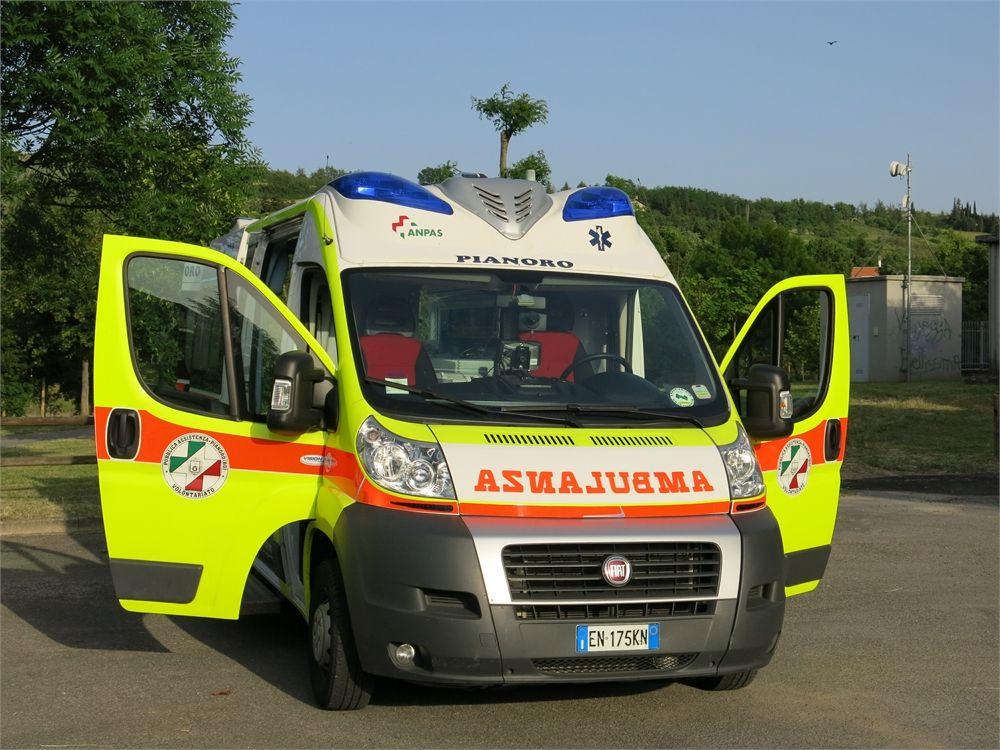 Ambulanza FIAT classificata P 06 - Svolge servizi di emergenza, e trasporti sociali all'occorrenza.