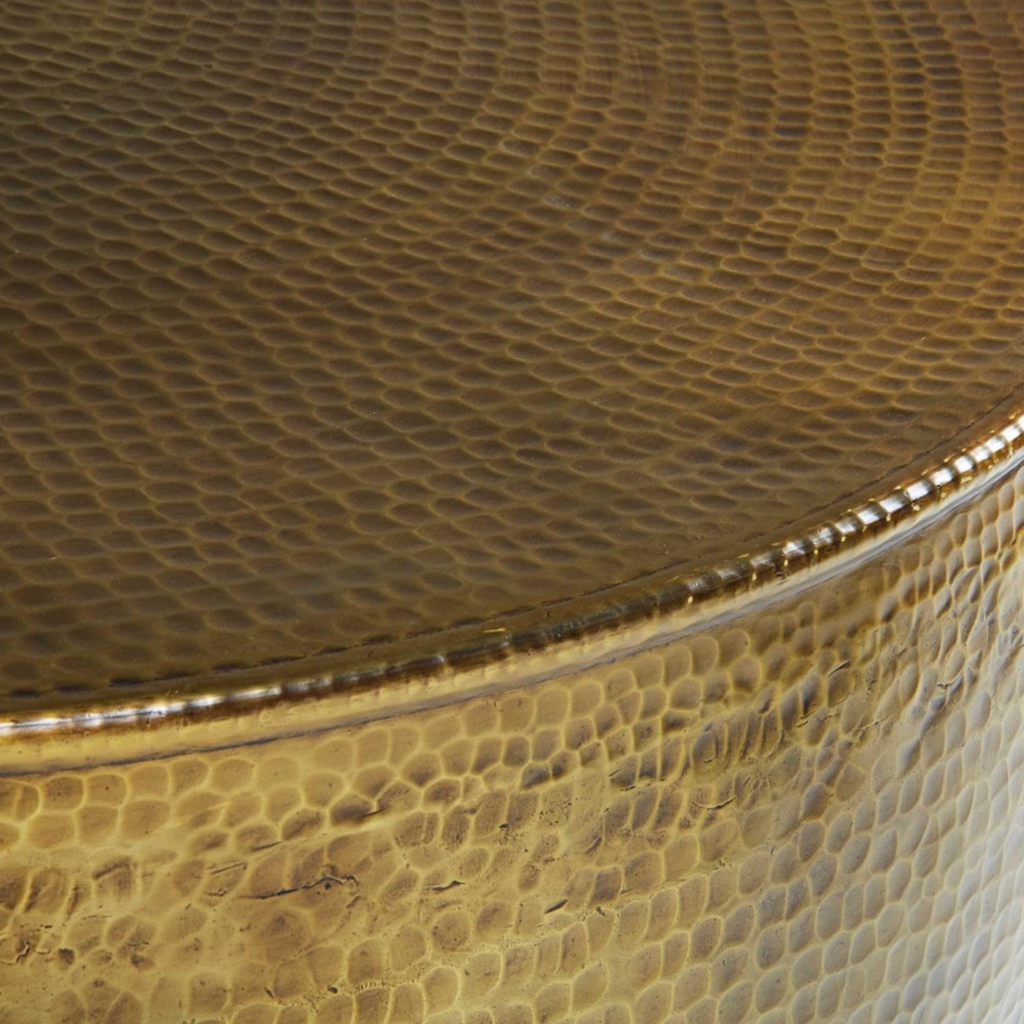 Couchtisch Aus Gehammertem Goldfarbenem Aluminium Beistelltisch