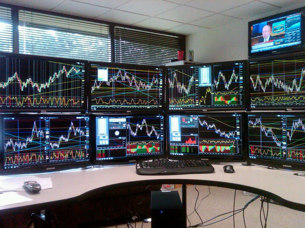Currency Trading Room Provides Explanations On How Traders Enter And Exit The Market The Trader Institute Trading Desk Online Forex Trading Computer Room