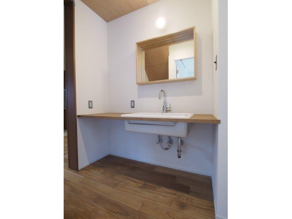 タオル掛けは天板の下に設置 洗面台を廊下に設けることで 洗面