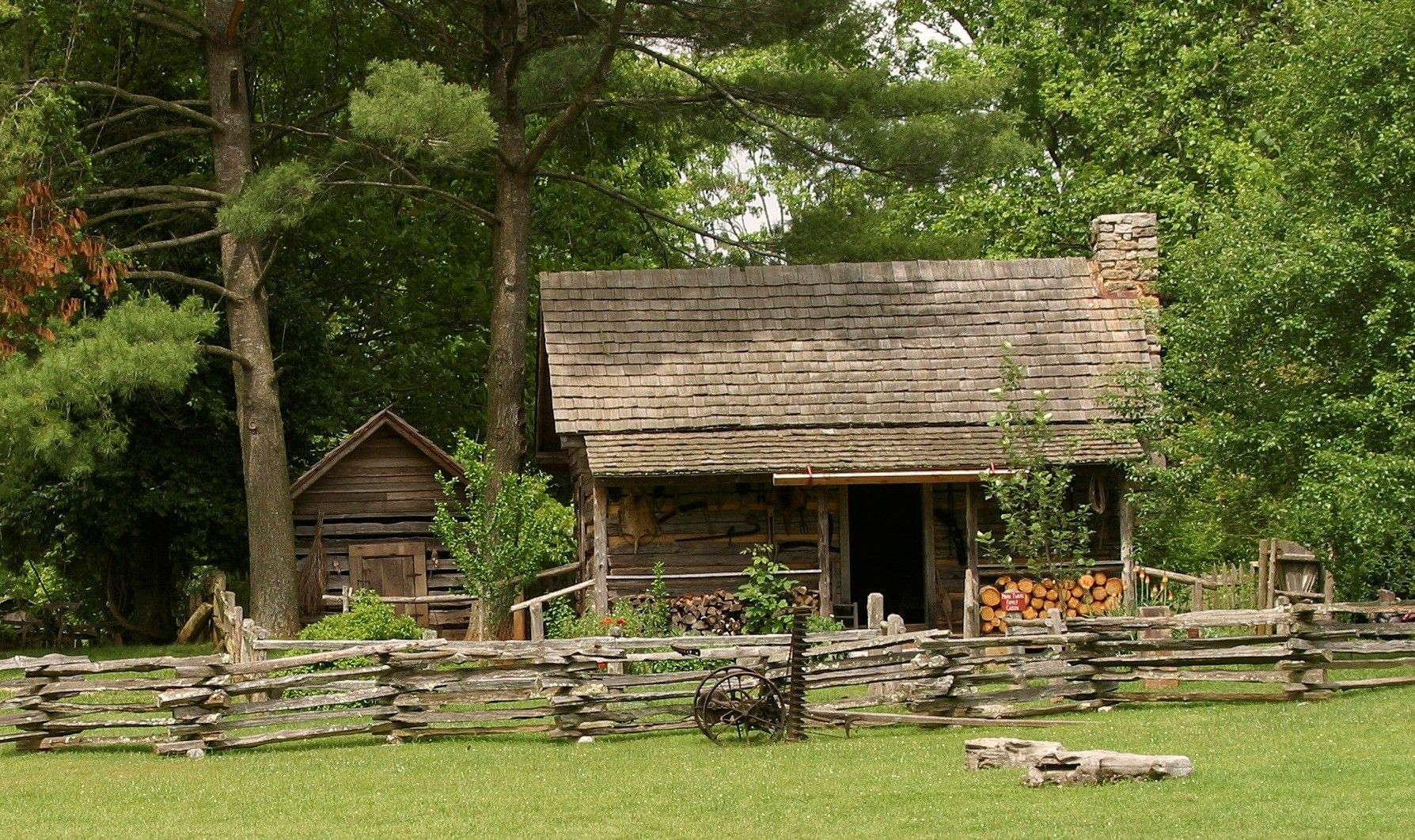 Museum of appalachia is a living history museum of pioneer for Appalachian mountain cabins
