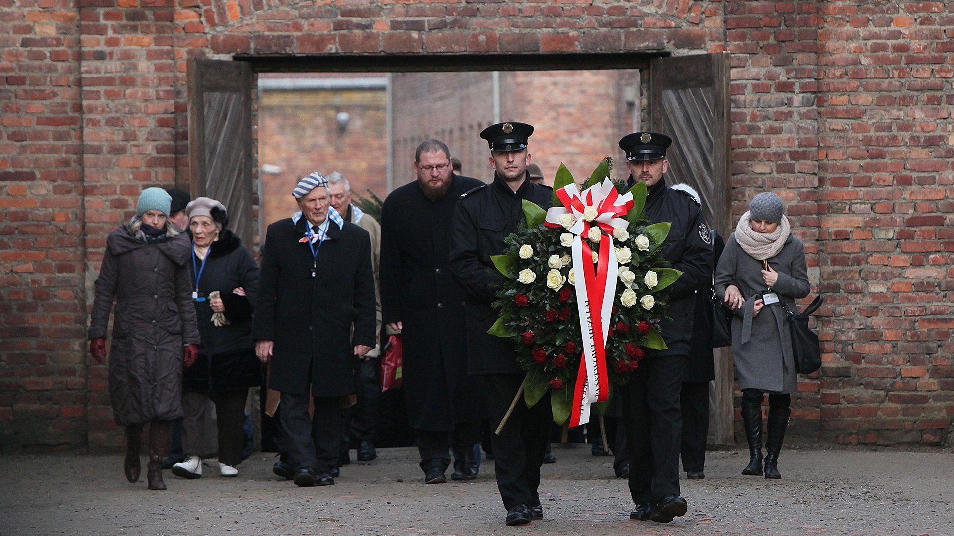 Soldados depositan una ofrenda floral en el antiguo campo de exterminio nazi de Auschwitz en Oswiecim, Polonia