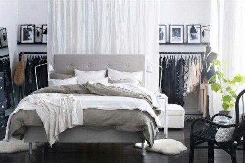garderob bakom sängen
