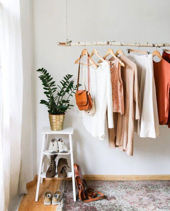 Rangement Des Vetements 8 Astuces Pour Les Ranger Dans Une Chambre Rangement Vetement Chambre Design Chambres Minuscules