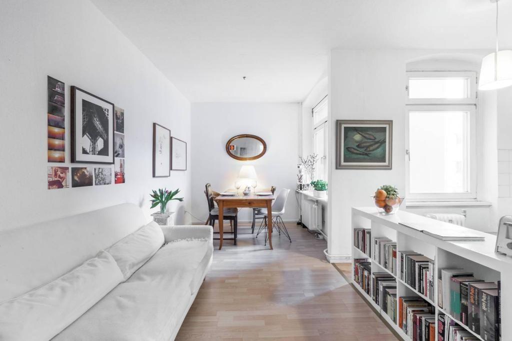 Schön Wohnzimmer Inspiration: Weiße Couch Und Lowboard Für Bücher. #Kunst #  Wohnzimmer #
