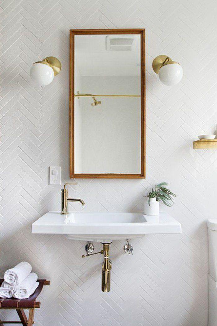 lavabo à suspendre, grand miroir rectangulaire et carrelage metro