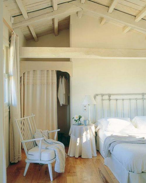 schlafzimmer im dachgeschoss ankleideraum holz boden weiß stuhl