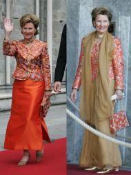 GJENBRUK: Dronningen er kjent for å på en smakfull måte gjenbruke flere av sine antrekk. Under et statbesøk fra Japan i 2005 stilte Sonja i en drakt med kimonoinspirert overdel og matchende bukse og sjal. Merk også vesken som har samme mønster som jakken. Under kroningsjubileet i 2006 brukte Dronningen jakke og veske om igjen, men denne gangen sammen med et langt, murrødt skjørt.
