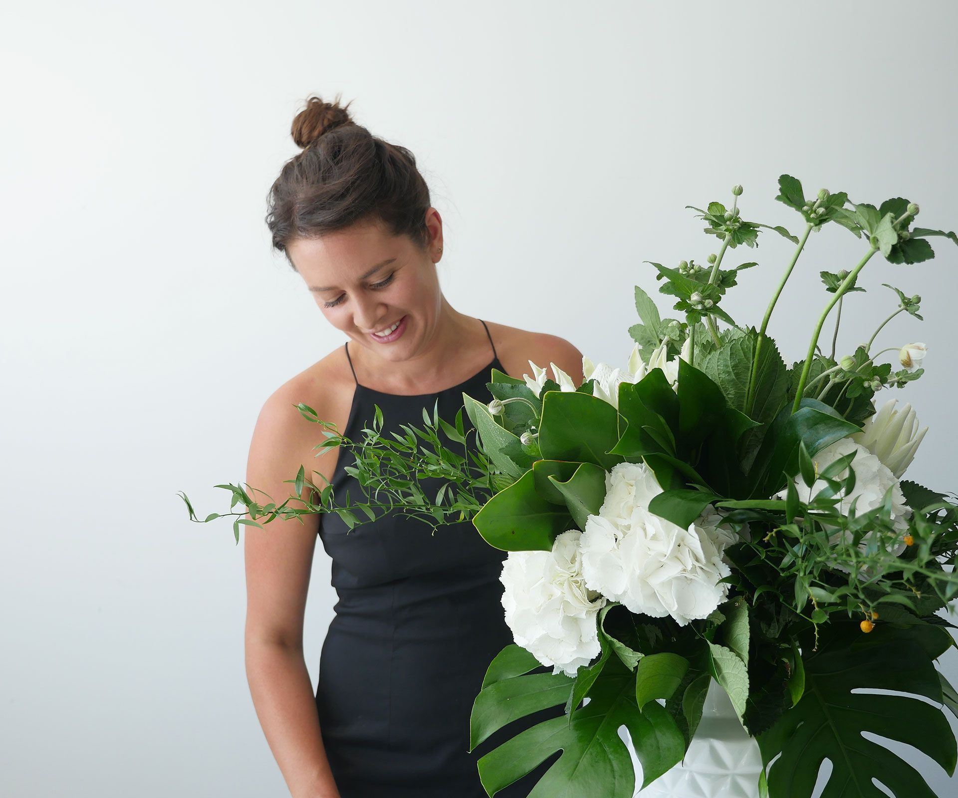 Superstar florist Eden Hessell shows us how to arrange long-stemmed flowers in a tall vase. Here are hertips and tricks for masteringthis look  How to get the look You will need: 4 x stems hydrangea greenery 2 x king protea 5 x hydrangea 6 x birch stems 4 x Japanese anemone 4 x Monstera …