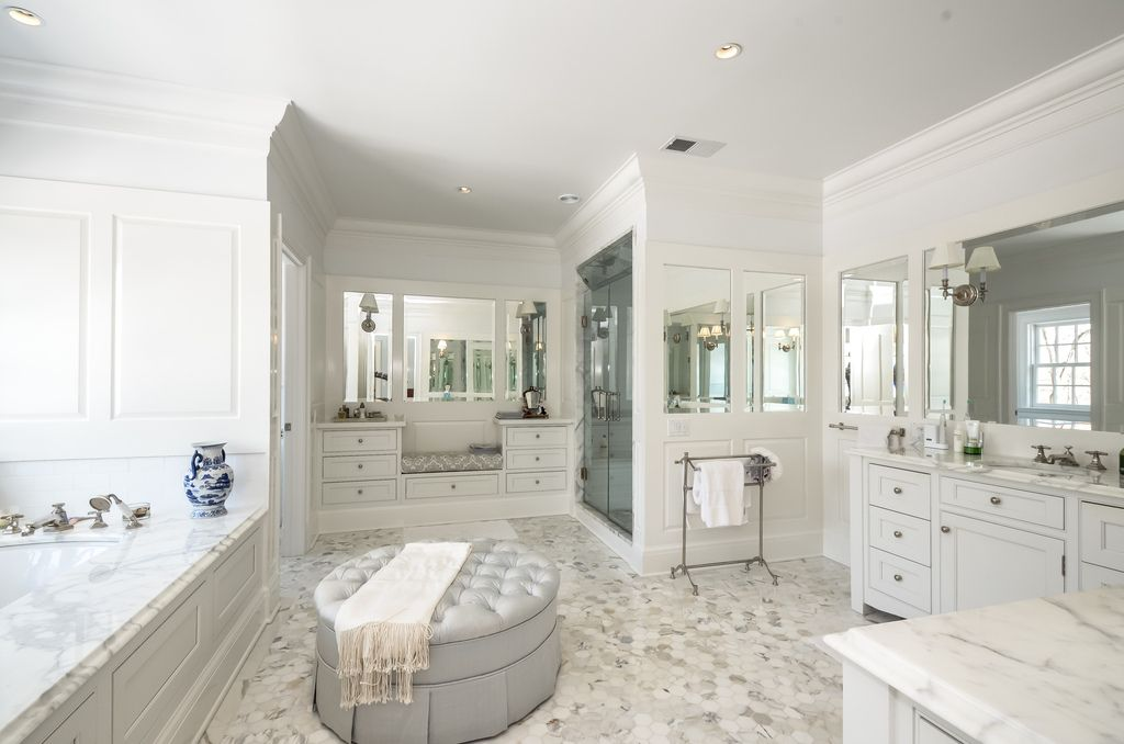 Gorgeous master bath, of course en suite with big walk-in ...