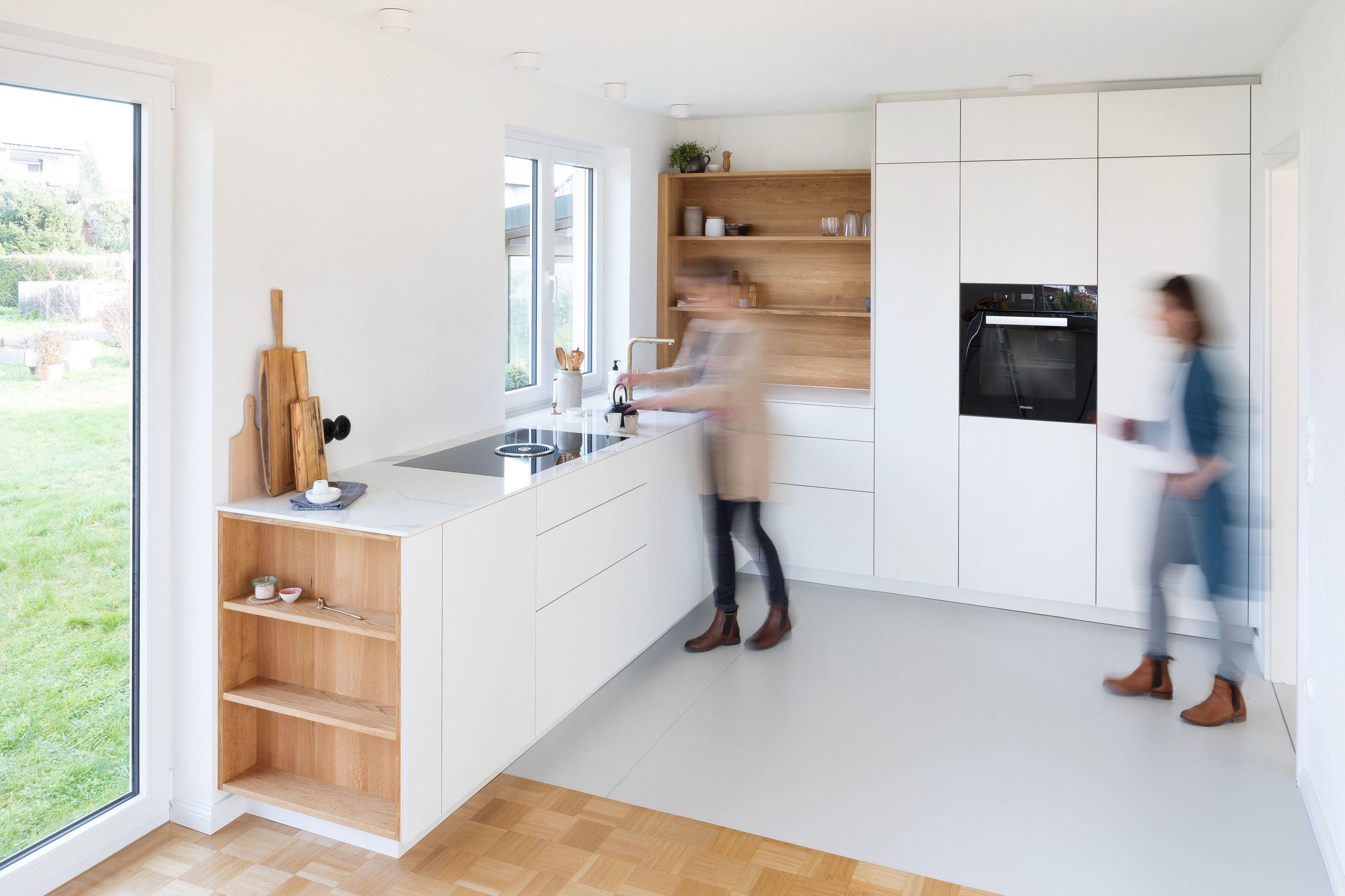 Modernes Wohnen Massgefertigt Schreiner Deckenhoch Design Clean Minimalistisch Weiss In 2020 Moderne Kuche Einbaukuche Kuche Planen