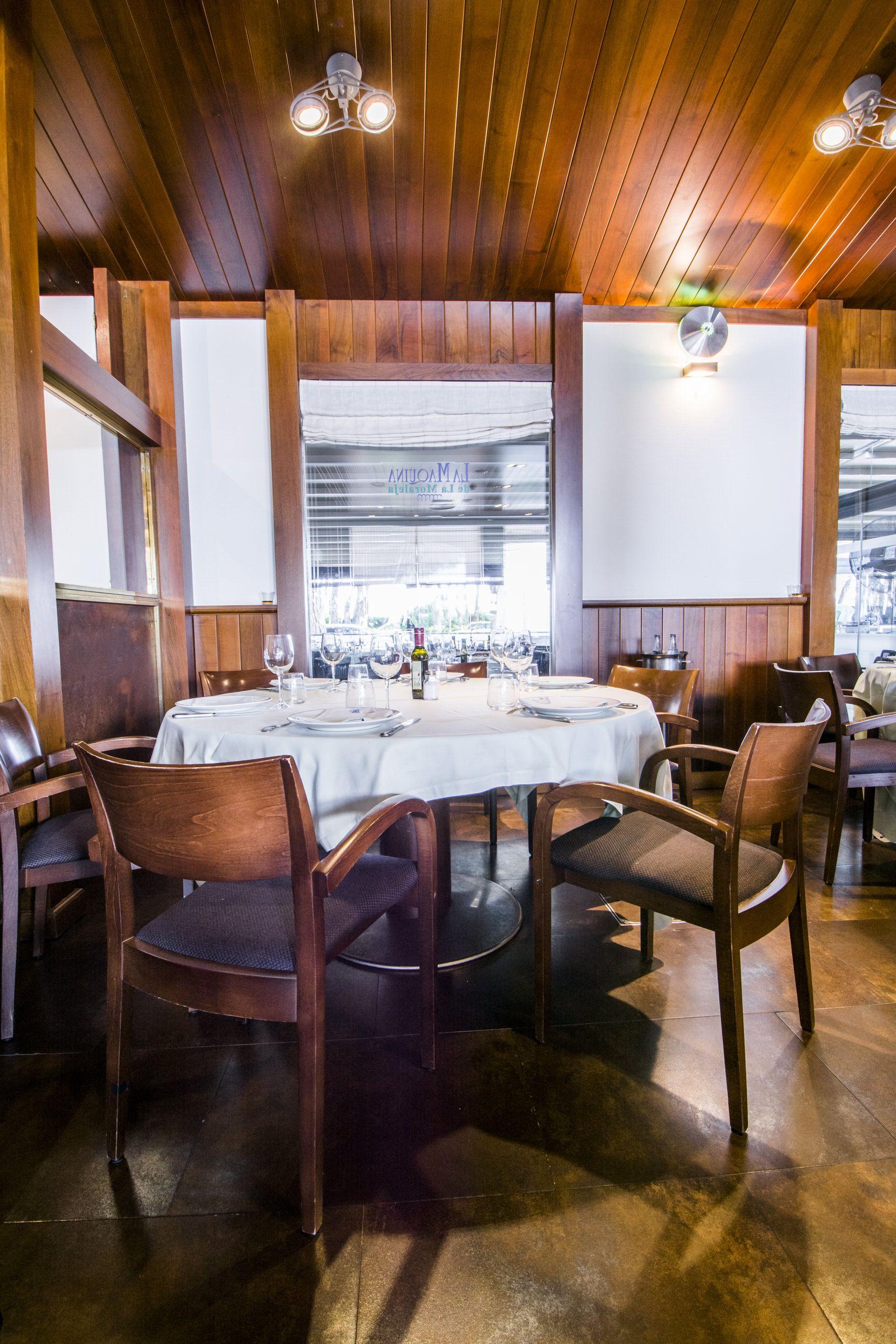 Mesa Del Salón Interior De La Máquina De La Moraleja Maquinista Interiores Restaurantes