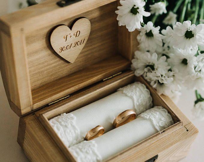 Photo of Scatola per fedi nuziali personalizzata. Scatola per anelli in legno rustico. Porta anelli rustico. Portatore dell'anello.