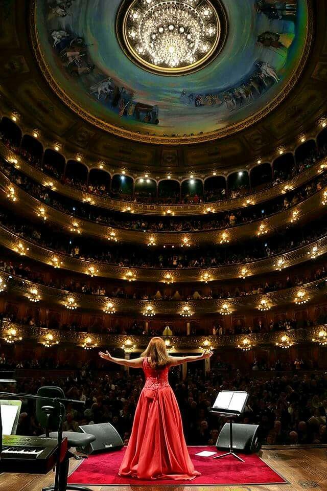 Sandra Mihanovich ante el teatro Colón