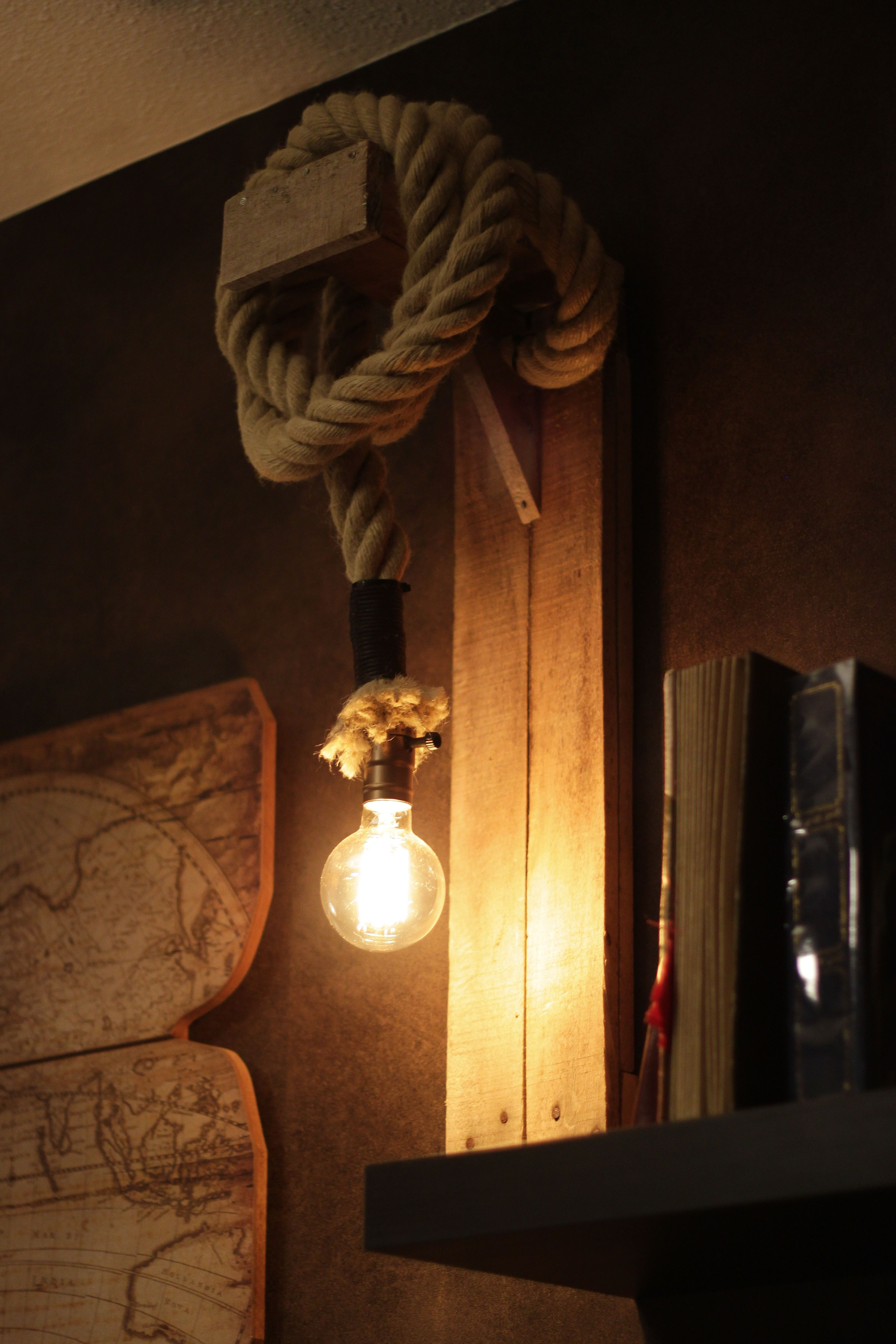 luminaire applique murale artisanale realisee avec du bois de palette et de la corde en chanvre ampoule et douille vintage