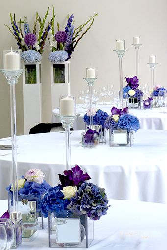 Tischdeko in lila mit Hortensien und Rosen in dekorativen
