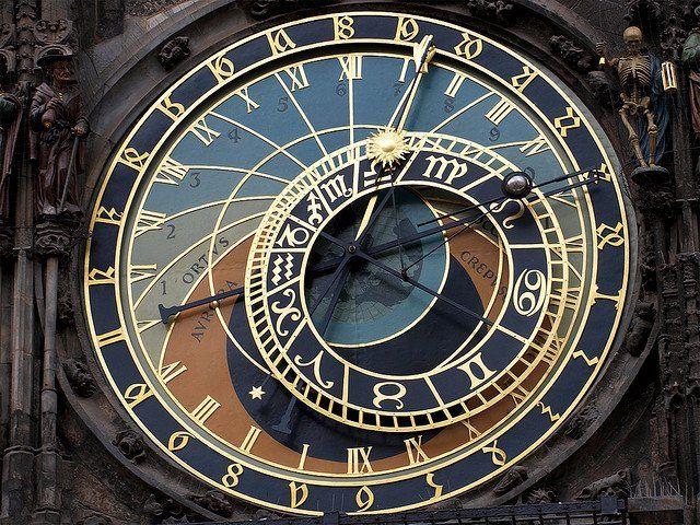 """""""プラハには天文時計という1410年からずっと動いてる最古クラスの時計台があるそうで、デザインが反則的なぐらいカッコいいのでいつか生でみてみたいんですよね"""""""