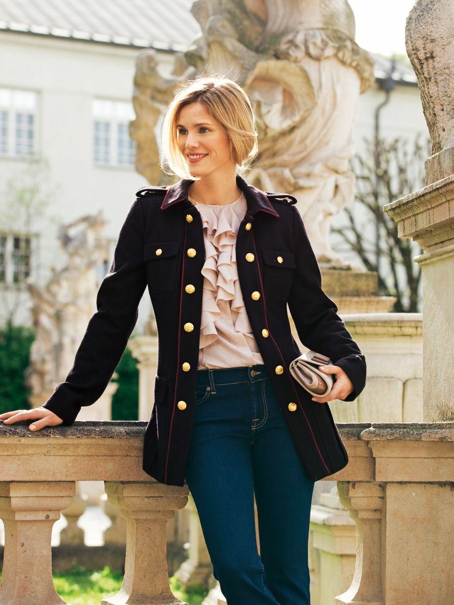 Schnitt und stylish: doppelreihige Damen-Jacke im Uniformstil mit ...