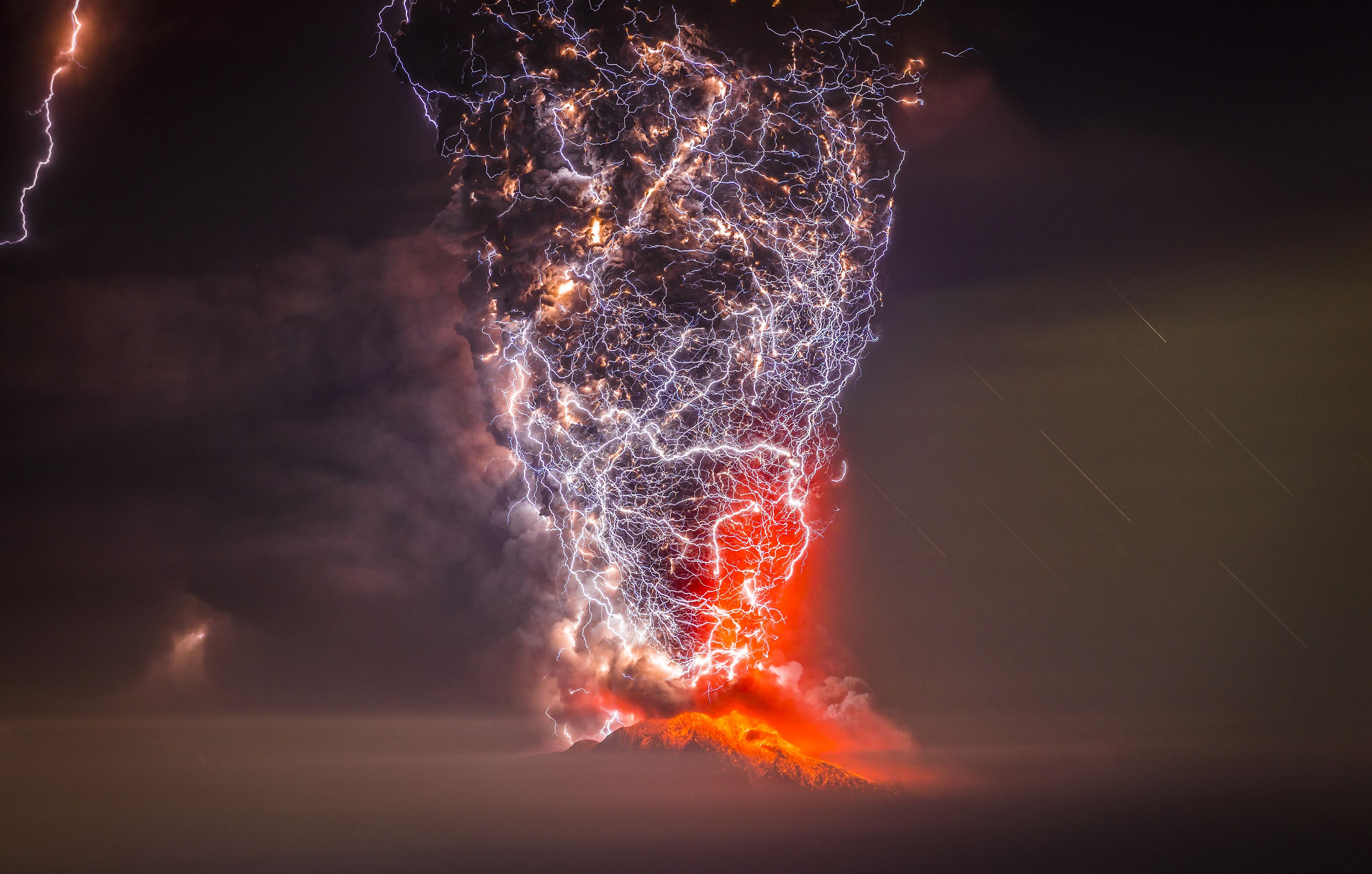 Lightning Engulfs A Volcanic Eruption In Chile Natureismetal - 17 incredible photos of volcanic lightning