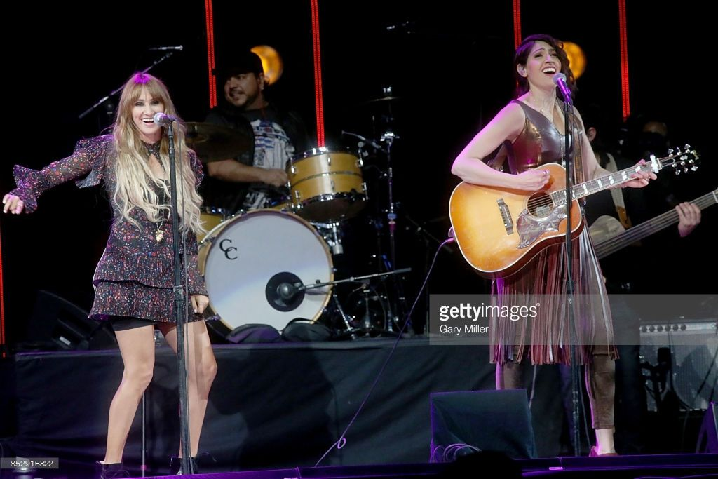 Hanna Nicole Perez Mosa L And Ashley Grace Perez Mosa Perform In Concert With Ha Ash During The Texas Strong Hurricane Harvey Can T Mess Wi Ha Ash Cantantes