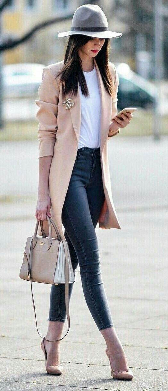 66f542241 Jeans tiro alto camisa blanca, gabardina nude, zapatilla nude y bolso claro  #carolinaherrera #michaelkors #relojes #reloj #ageless #jeunesse