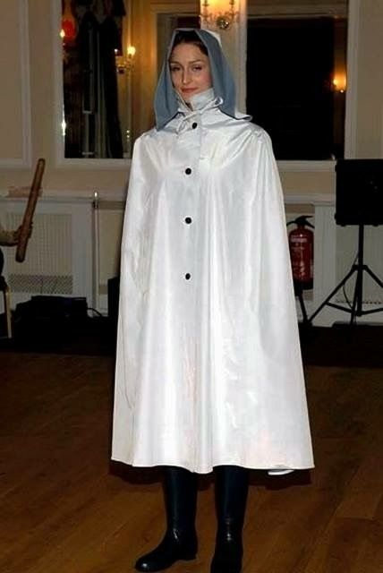 A lovely rubberlined satin cape Regenkleidung