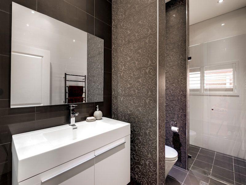 Modern bathroom design with louvre windows using ceramic ...