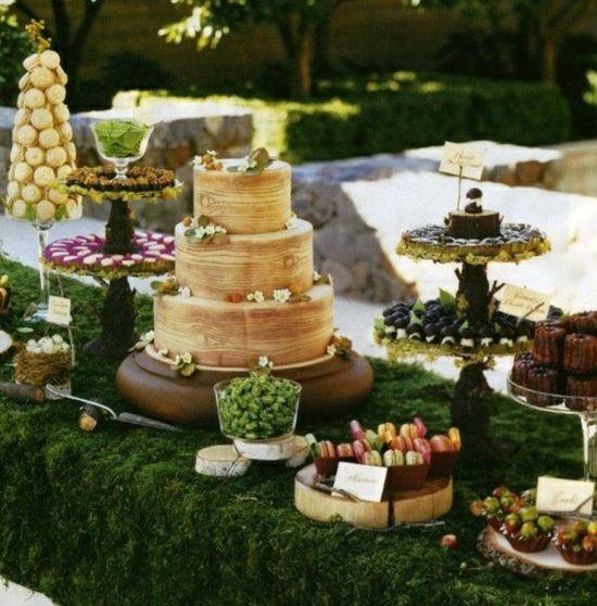 Nachtisch buffet hochzeitstisch dekorieren gartenparty moos tischdecke holzoptik kuchen - Hochzeit gartenparty ...