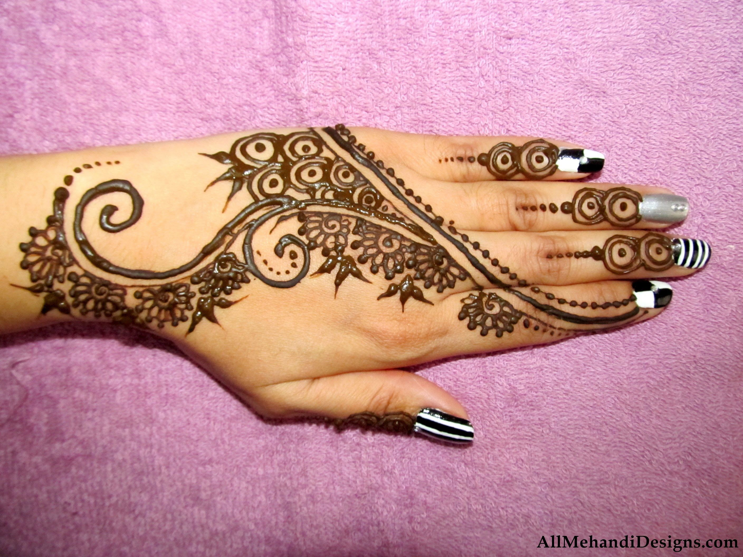 Mehndi Wrist Joint : Mehndi designs or mehandi patterns is widely seen and demanded in