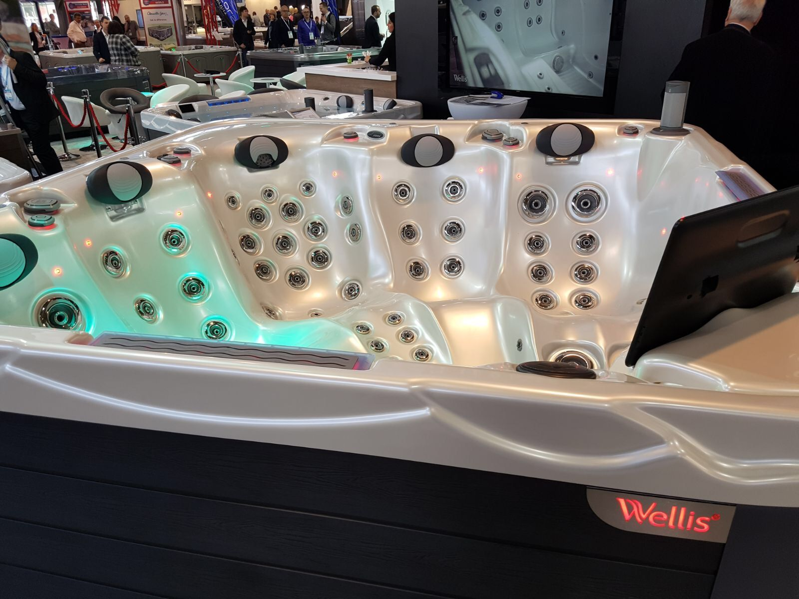 Wellis Voyager Hot Tub SpaWars 5 Lounger With 2 round pop-up ...