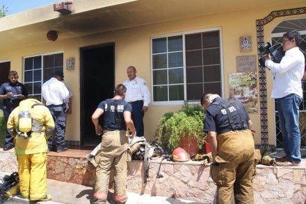 Bomberos de Cabo San Lucas se despojan de su equipo para demostrar que no se robaron nada. Foto: Facebook