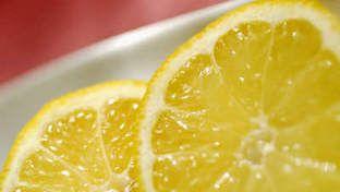 SØRG FOR LITT HVER DAG: Kroppen kan ikke lagre mye c-vitamin av gangen, så det er smart å sørge for et daglig påfyll. Litt sitron i teen eller vannglasset gjør susen. Sjekk flere smarte tips under. (Foto: Ida Bergstrøm)