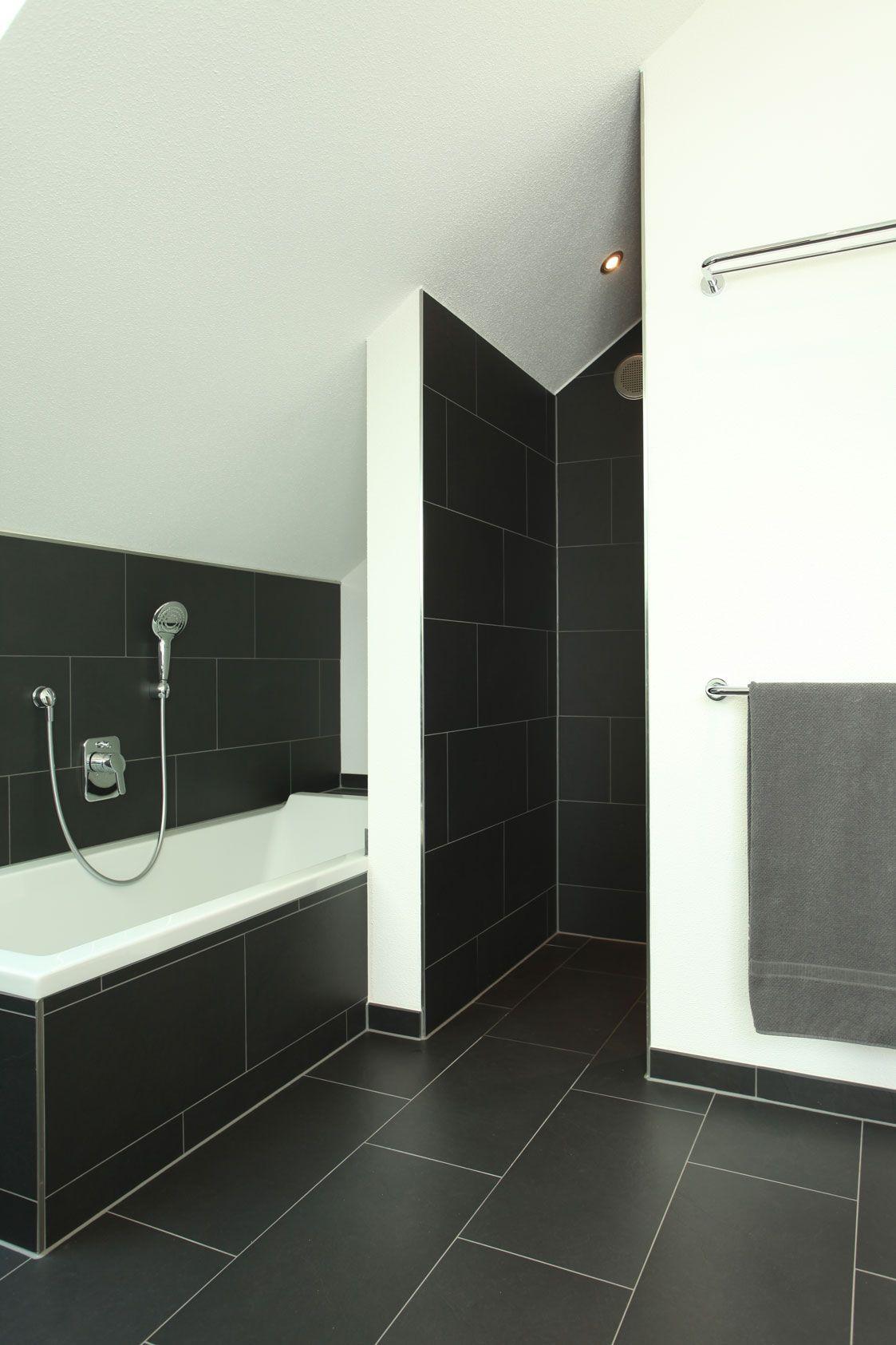 Duschnische Und Badewanne Mit Dunklen Fliesen Badezimmer Fliesen Dunkle Badezimmer Badezimmer