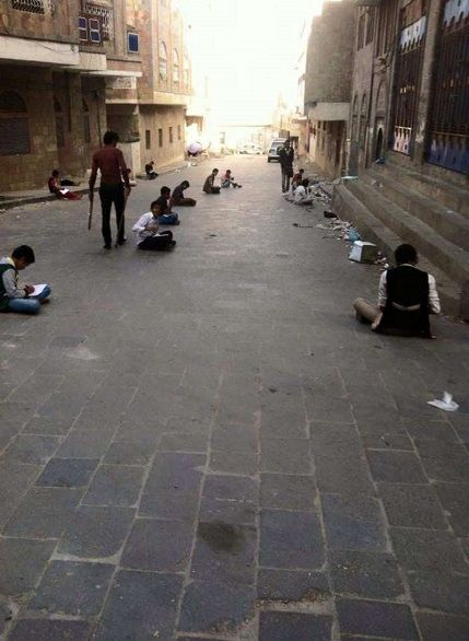 طلاب باليمن يؤدون اختباراتهم بالطرقات بعد قصف مدرستهم