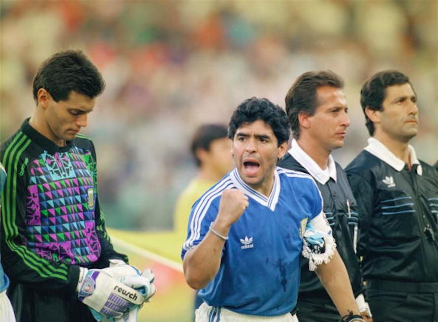 Maradona Retro Pics On Twitter Diego Maradona Football Images Diego