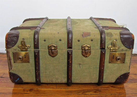 Gorgeous, vintage trunk! Perfect for the living room to store blankets/throw pillows.