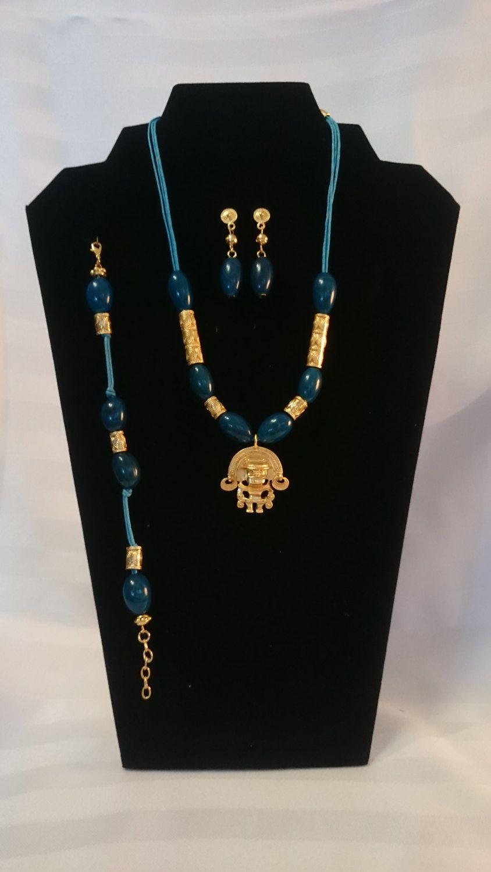 bef569c30d5d Collar, manilla y aretes en semilla color azul, dije Precolombino ...