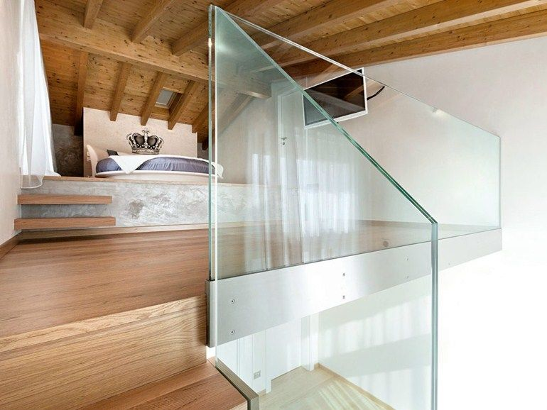 Scala a sbalzo in legno e ringhiera in vetro Scale