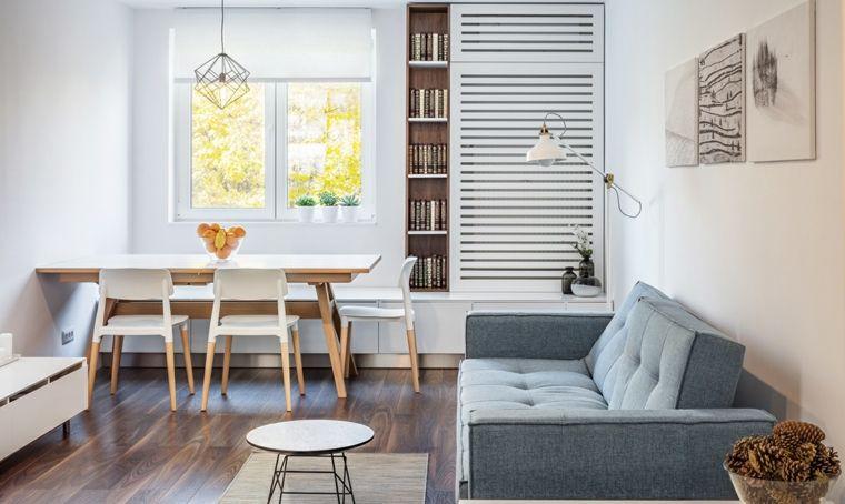 Salotto con pavimento di legno, divano grigio due posti ...