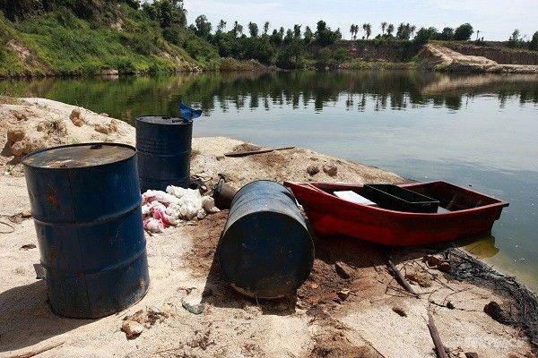 """""""ขบวนการลักลอบทิ้งกากอุตสาหกรรม""""  สภาพบ่อน้ำเสียที่ส่งกลิ่นเหม็นไปทั่วบริเวณที่ ต.หนองรี อ.เมือง จ.ชลบุรี    © เริงฤทธิ์ คงเมือง/ Greenpeace"""