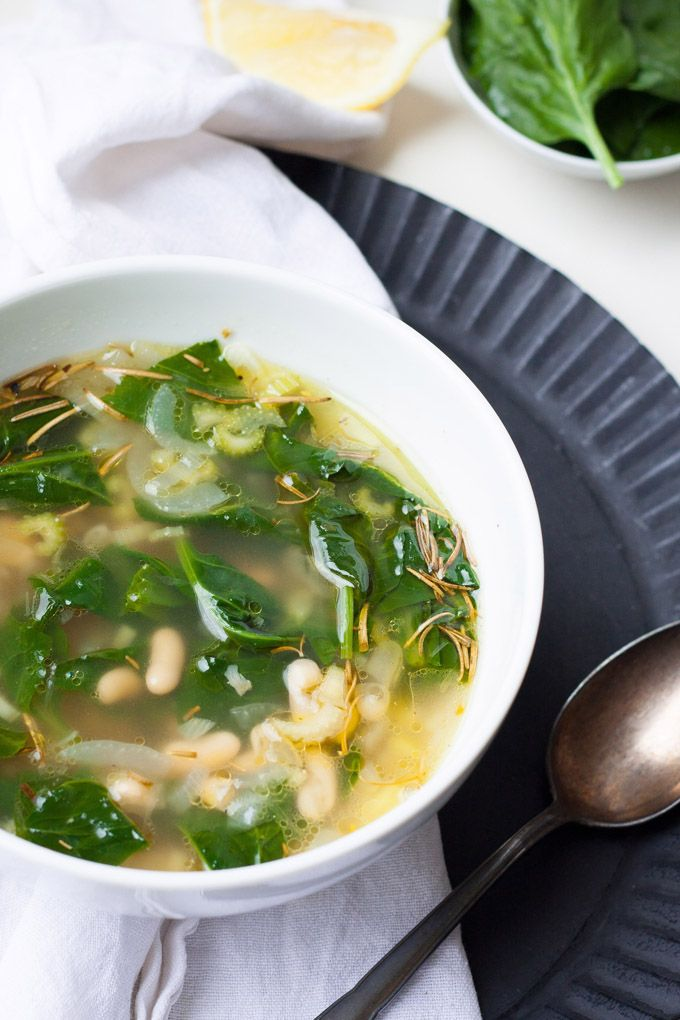 Herzhaft, wohlig warm und sättigend - die weiße Bohnensuppe mit Spinat steht in Windeseile auf dem Tisch und rettet jeden Schietwettertag.