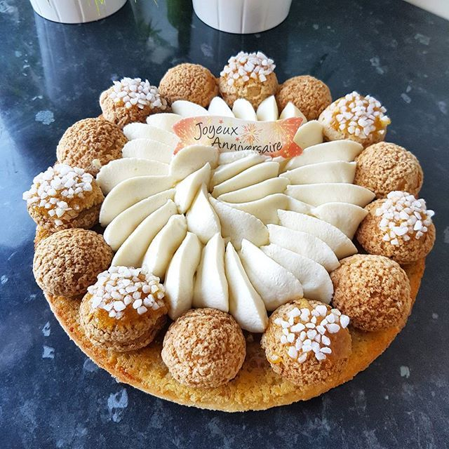 Voici la tarte revisitée que j'ai faite ce dimanche. Elle se compose d'une pâte sucrée, une crème d'amande vanillée, des choux garnis de crème vanille et d'autres au chocolat et enfin une crème légère à la vanille. C'est simple mais tellement efficace!  Bonne soirée les gourmands   #pastry #patisserie #frenchpastry #instafood #foodporn #dessert #dessertporn #yummy #instapic #foodpic #picoftheday #chocolate #chocolat #cake #vanilla #vanille #homemade #bestoftheday