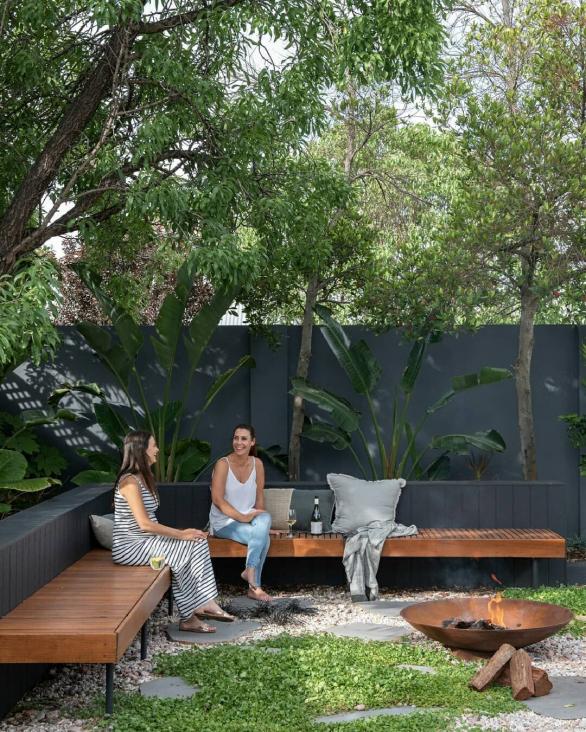 Banquette le long du mur #courtyardgarden #courtyard #garden