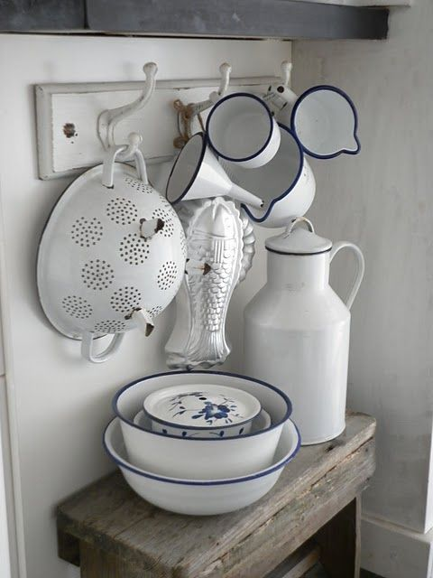precioso conjunto / nice display of white enamel kitchen ware. Luvely luk #kitchenware