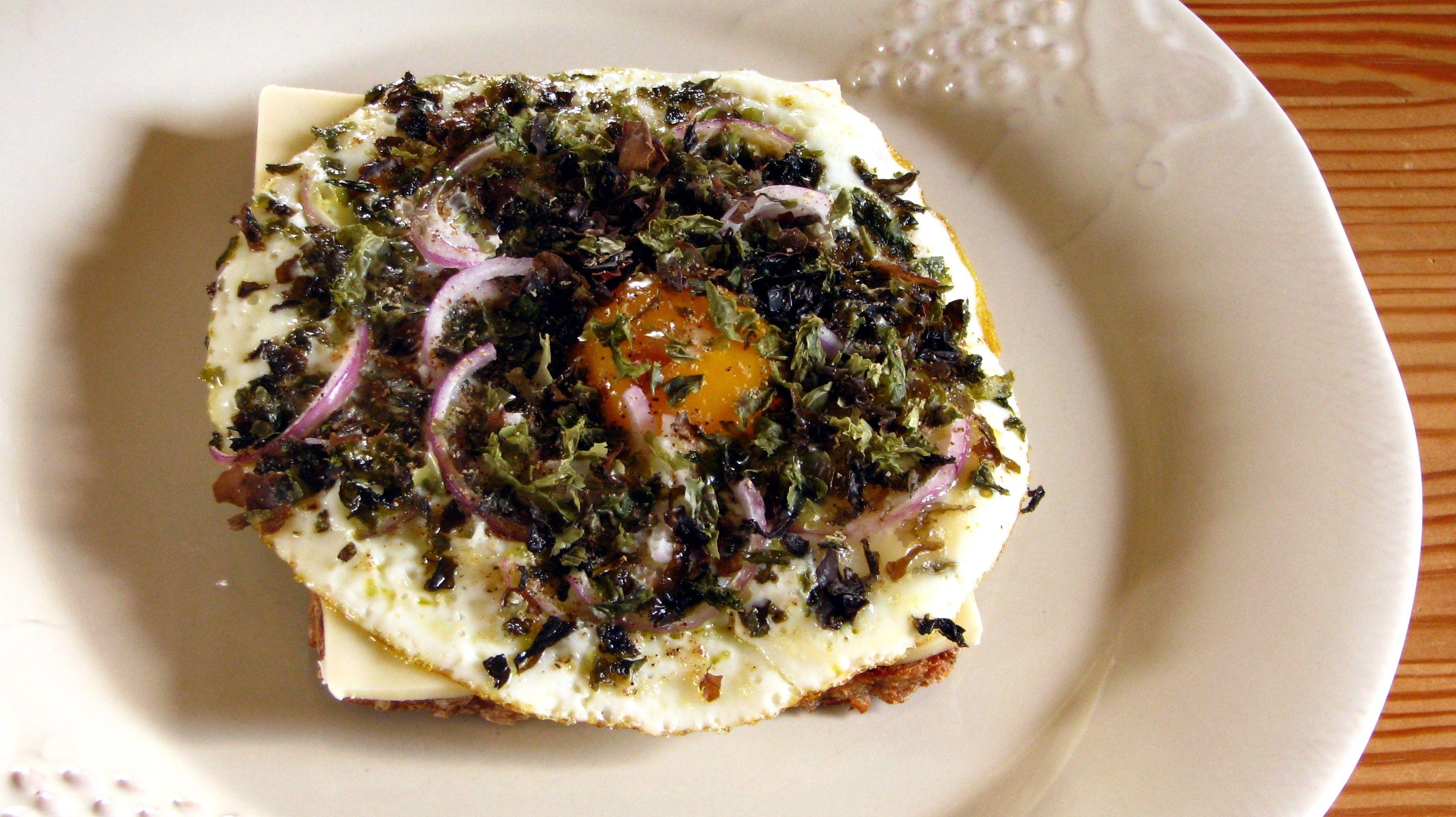 Fedtemad med ost, spejlæg og Salade de la Mer