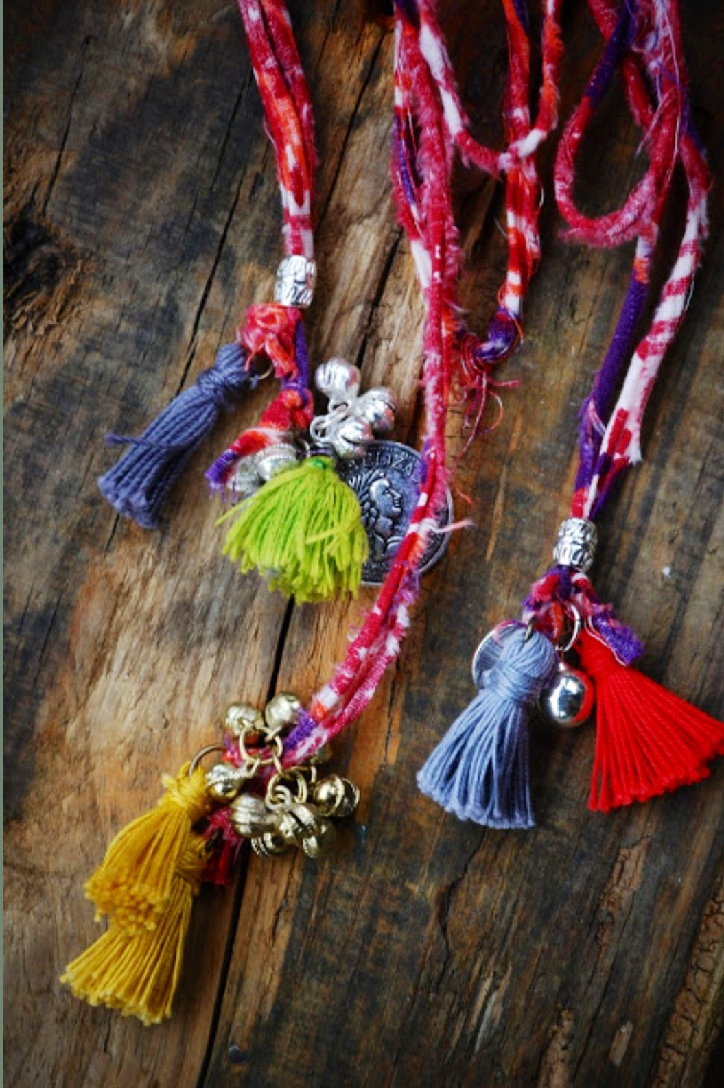 Retrouvez tout plein de pompons de toutes les couleurs et de toutes les tailles avec les accessoires textiles de Perles & Co ici : http://www.perlesandco.com/Mercerie_Custo_Accessoires_textile-c-2629_199.html